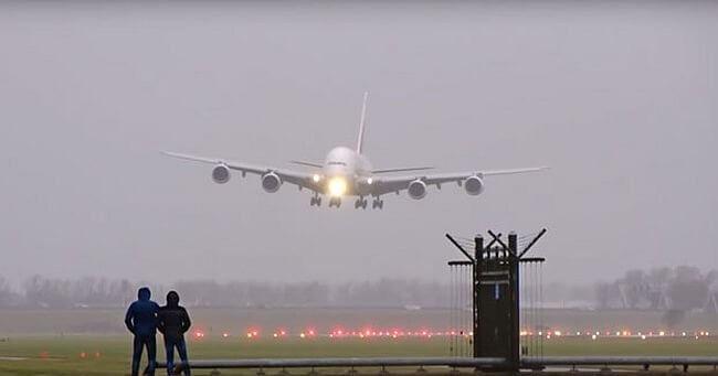 increible-aterrizaje-del-avion-comercial-mas-grande-del-mundo-con-viento-cruzado