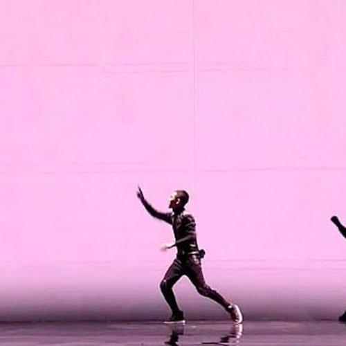 Impresionante coreografía sincronizada con animación gráfica