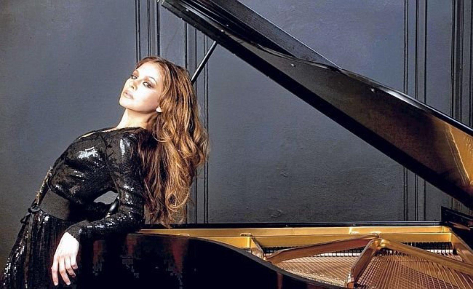 Lola astanova, una auténtica belleza y un portento del piano