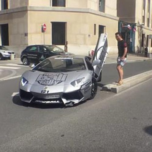 Choca con su Lamborghini Aventador contra una banqueta
