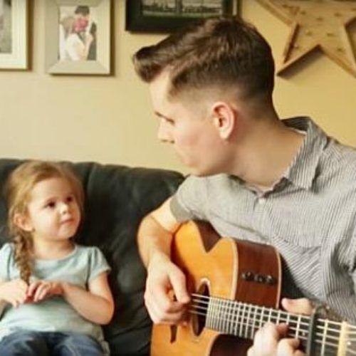 'Hay un amigo en mí' de Toy Story cantada por un padre y su hija de 4 años