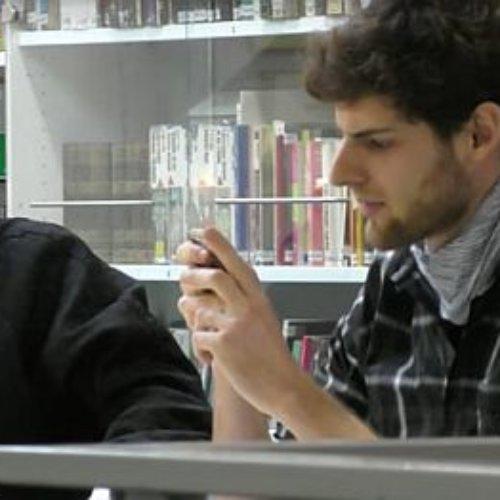 Siri ayuda a ligar con la chica de la biblioteca