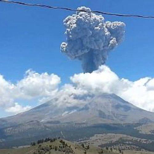Reportan fuerte erupción de ceniza en el volcán Popocatépetl