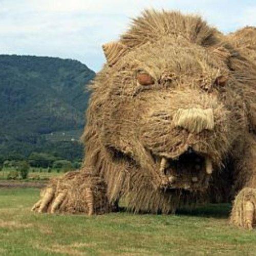 Campos japoneses son invadidos por gigantes animales de paja tras la cosecha del arroz