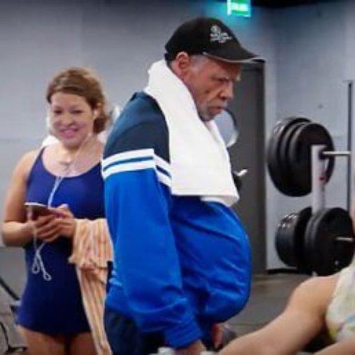 Un hombre fisicoculturista de 72 años, le da una lección a los jóvenes de un gimnasio