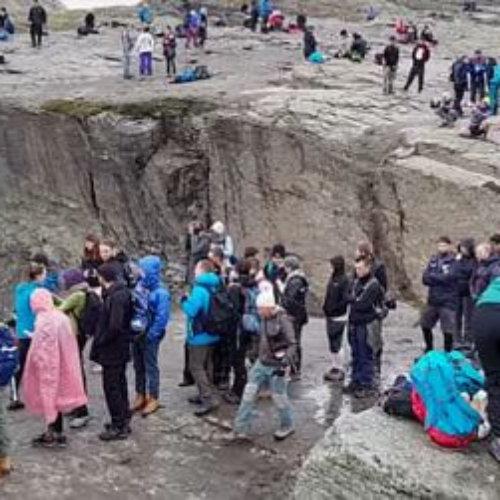 Fila de turistas para hacerse una famosa foto en Trolltunga, la lengua de troll en Noruega