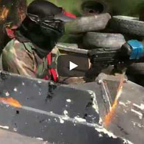 Batalla de paintball con mini tanques