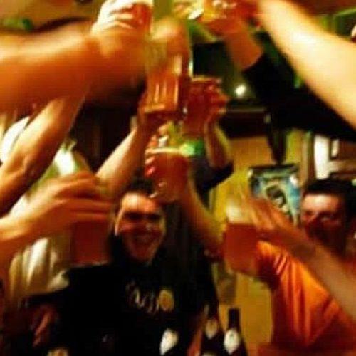 Confirman estudio que los hombres borrachos suelen sentir atracción por otros hombres